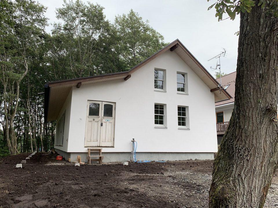 切妻+折れ屋根。森の中に佇む印象深い外観。 アンティーク玄関ドアは断熱・気密性に難があるので、玄関入ってもう一つ断熱ドアがある