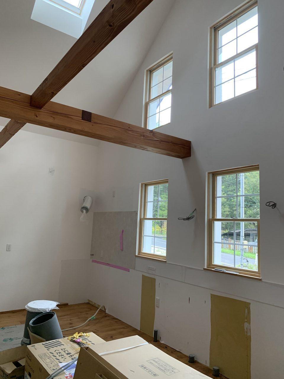 構造体である梁と照明用の梁が交錯。天窓は電動で開閉できるタイプのもの。