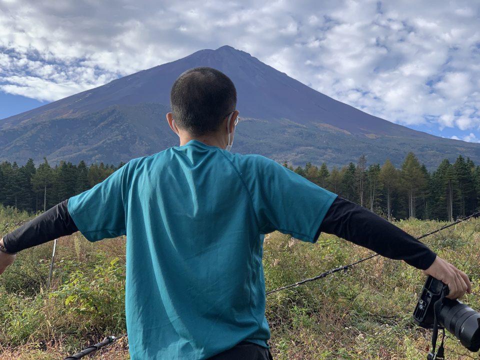 富士山を見るとテンションが上がるのはなぜ?(朝6:30) 冠雪するとキノコ狩りシーズンは終了となる。