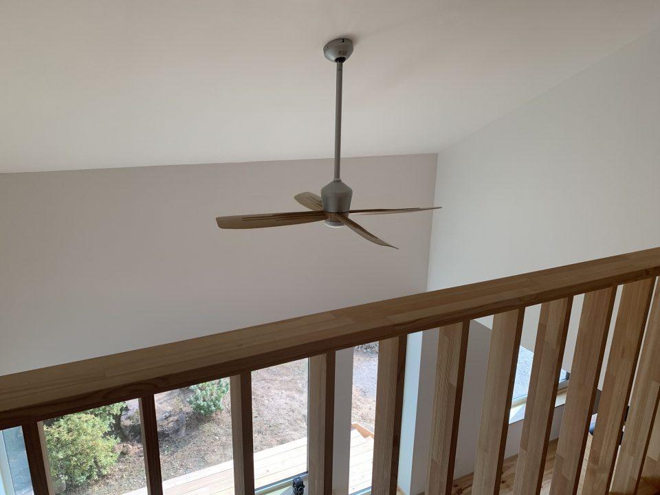 総二階建てではなく、2階は壁高2.0mから勾配天井仕上げ。 1階中央のリビングの上は勾配天井が2階から続く吹抜け空間。