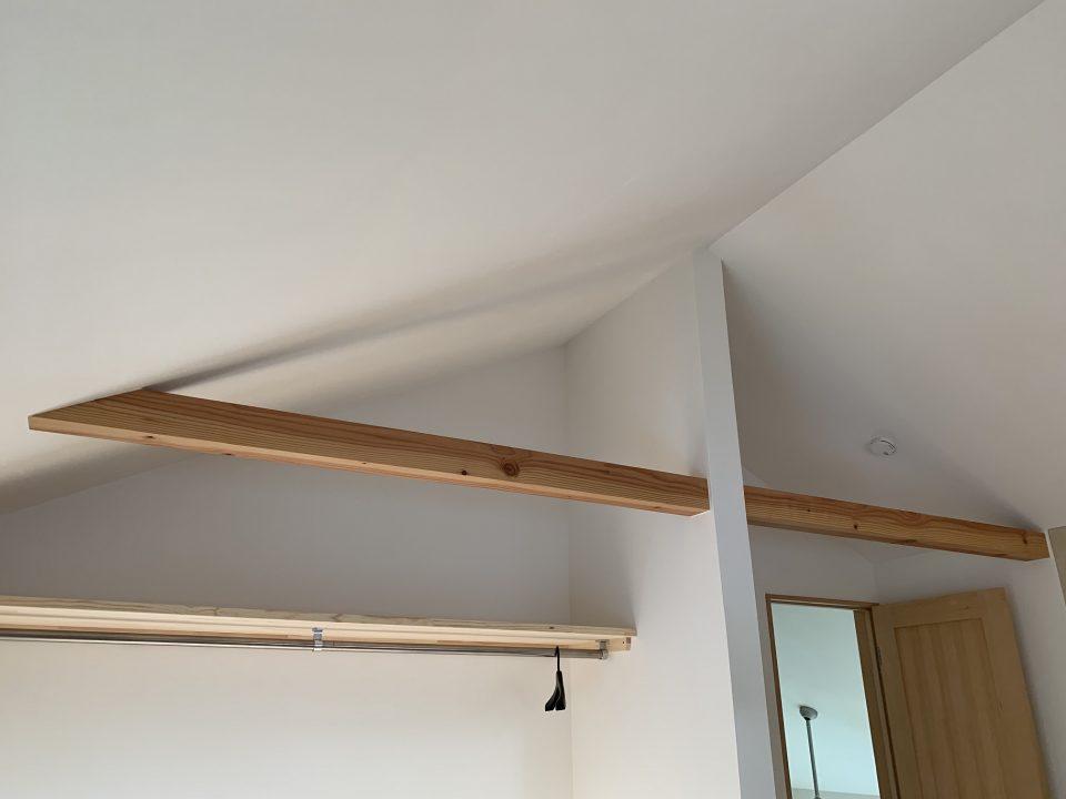 屋根断熱は40㎜の通気層の下側に吹込みグラスウール35Kを300㎜厚で。 天井仕上げはしっくいのローラー塗装(建築主DIY施工)