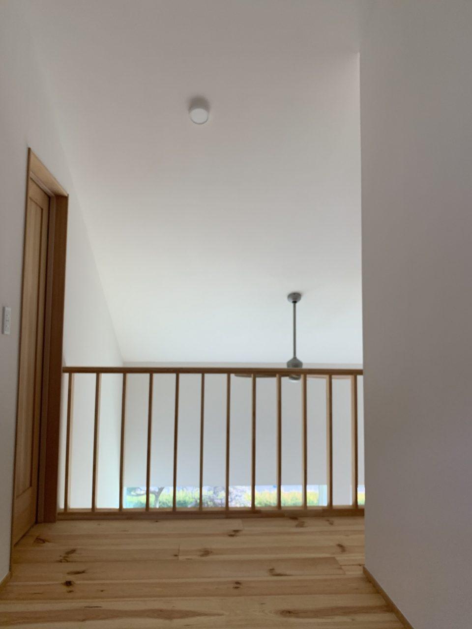 1階の窓から勾配天井を照らす光のグラデーションがきれい。 勾配天井には断熱材がみっちり入っているので、基本的に埋め込み式のダウンライトはやめてもらっている。