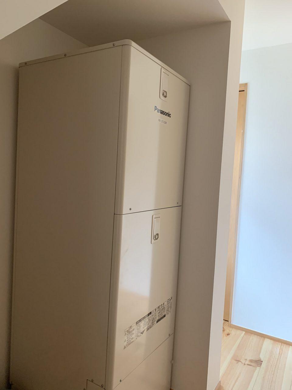 階段下のスペースを利用してエコキュートの貯湯タンクを。 省エネのため、室内にできるだけ置くようにしましょう。