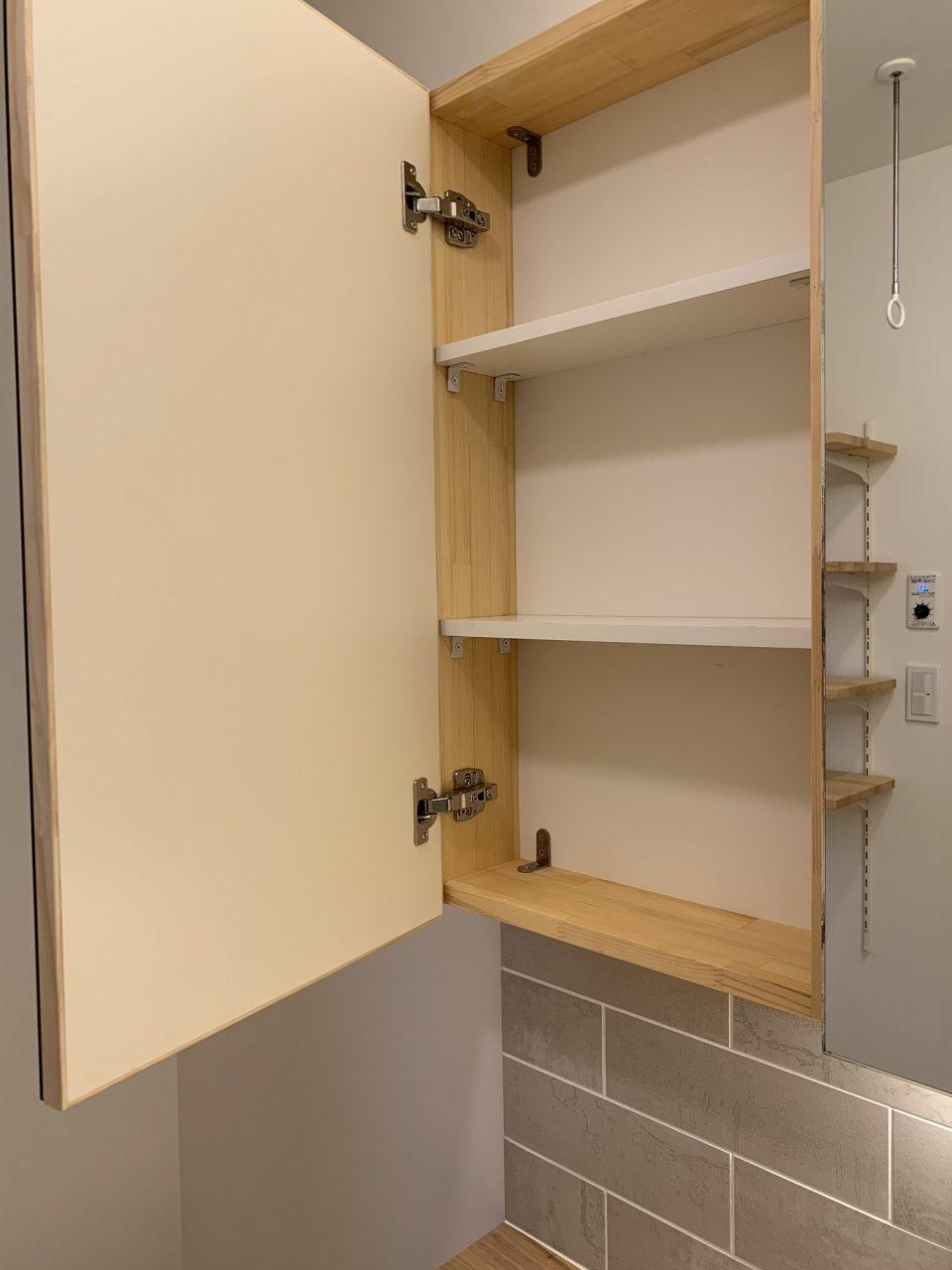 ミラーは一部扉とし、歯ブラシなどの収納に。