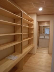 通路に面した棚は収納量が多いだけでなく、床面積をコンパクトにできる