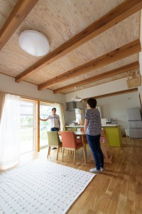 梁と木の模様がうっすら見える天井