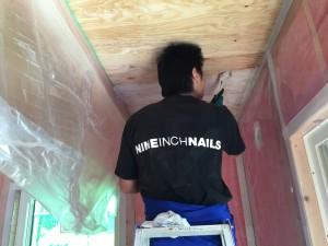 天井を塗るご主人