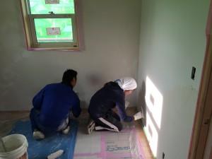壁をひたすら塗る