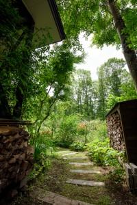 グリーンラックに収まらない薪は軒の下に