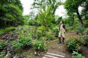 広大な庭を手入れする高田様