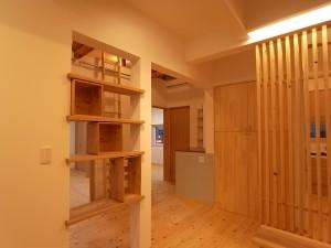 無垢板を柱間に4枚渡した。端材でつくられた木箱は施主が工事中にいつの間にか製作