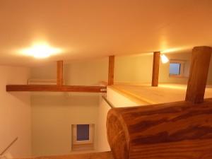 屋根勾配をそのまま空間の形とした結果生まれた場所。構造材は旧宅のまま