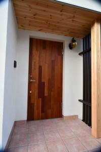 玄関ドア=ローズマホガニーはRebornオリジナルではあるが、U=0.9というやばい断熱性能をもつ