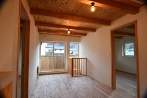 2階ホールには90cm×90cmの小さな吹抜があり、冷房効果を高めます