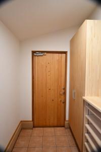 玄関ドアの内側。ここには長野県産材のさわら無垢材を張っています