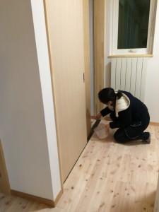 奥さんが夕方、仕事帰りにやってきて建具を1本塗装していった。頑張り屋さんだね。応援したくなる^^