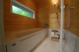 木漏れ日の採光が美しい浴室