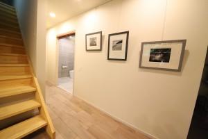 遺品の写真を額装した廊下もモダニズムの感性に溢れている。