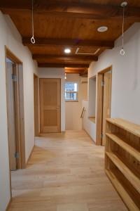 本棚(造作)設置<br /> 各部屋へのアクセススペースとしてだけでなく、<br /> 室内洗濯物干しスペースとして活用