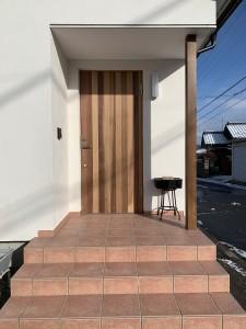 玄関ドアはガデリウス社のスゥエーデンドアにRebornオリジナル面材を張っている(レッドシーダー羽目板)