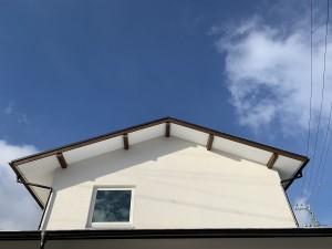 切妻屋根 4寸勾配<br /> 窓が引っ込んでいる