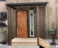 玄関ポーチは木製デッキで