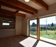 リビングの大きな窓からは燦燦と日差しが差し込む。