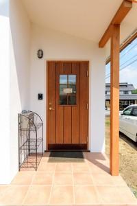 07木製玄関ドアは重厚な作り