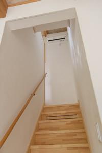 15リビング横には階段。吹き抜けにエアコンを設置