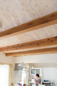 23梁がと木の表情が見える天井