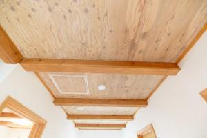 45二階の天井も梁&木の模様です