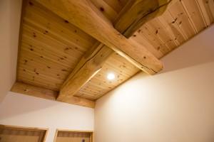 23 二階天井とダウンライト