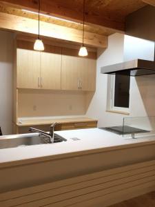 キッチン背面棚は造り付け