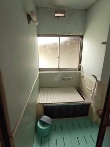 10 リフォーム前 見るからに寒いタイル壁&ステンレス浴槽の浴室が