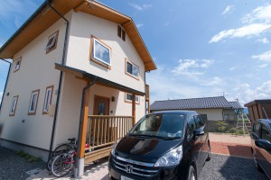08.大きな玄関屋根は自転車置き場を兼ねます