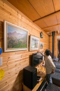 34 家の中にはお母さんが描いた小川村の景色の絵が並びます