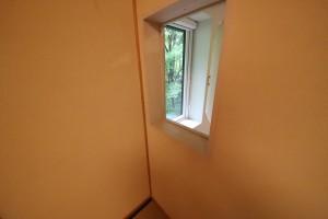 和室に設けられた小さなドア。大開口の窓の開閉のためというが