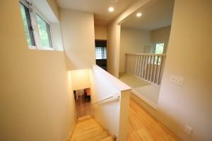 開口部と階段とフリースペースの柵の高さが採光と絶妙に計算されている