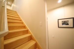 階段と廊下の間仕切りのヌケ感も絶妙