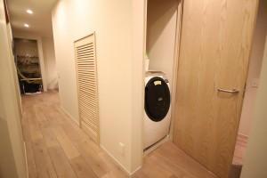 ドアの中身は洗濯機。生活感を無理なく隠す所作がにくい演出