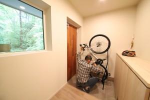 ロードバイクと渡辺様。玄関で趣味と向き合える贅沢