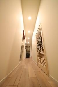 玄関からアプローチできる廊下もNYを感じるモダニズム
