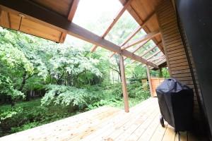 ウッドデッキの屋根に取り付けられた強化ガラス採光は見た目にもクールだ